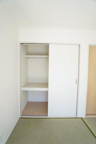 棚のある使いやすい押入です。布団や座布団、子供のおもちゃも収納できますよ。