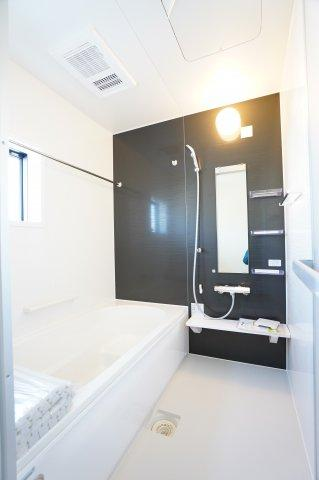 浴室乾燥暖房機のついたお風呂です。冬場のヒートショック対策になりますね。