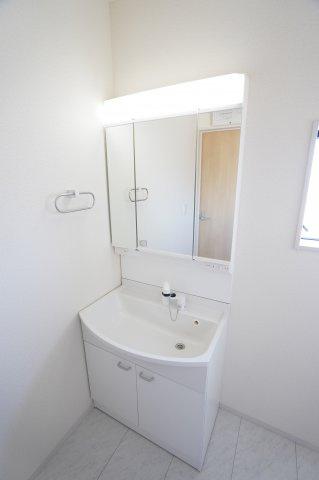 三面鏡洗面台で朝の準備も快適にできますよ。