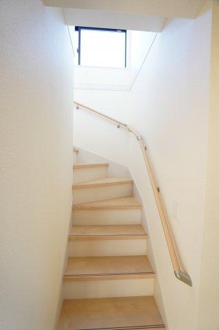 玄関から直接行ける階段です。キッチンの横にあるのでドアを開ければすぐに家族の様子が分かりますよ。