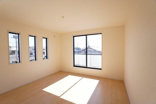 8.7帖の寝室は三連窓がありおしゃれなお部屋です。バルコニーに出られるのですぐにお布団を干せますよ。