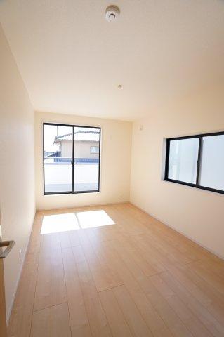 6.7帖の洋室です。2つ窓があるので風通しの良いお部屋ですよ。バルコニーに出られます。