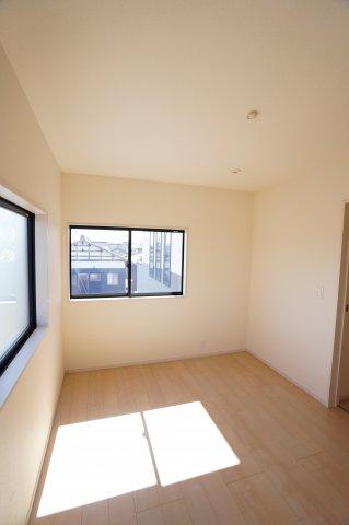 6帖子供部屋も南向きであたたかいお部屋です。シンプルなお部屋で大切に長く使えるお部屋になりそうですね。