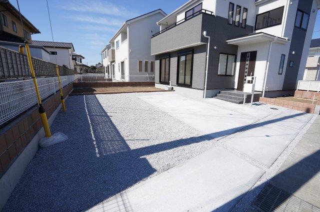 駐車は3台以上可能です。お庭もありガーデニングを楽しんだり、お子様と遊んだりできますよ。