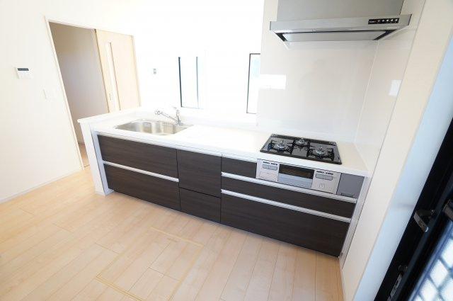 人造大理石使用のシステムキッチンです。広いキッチンで家族一緒におうち時間を楽しめますね。