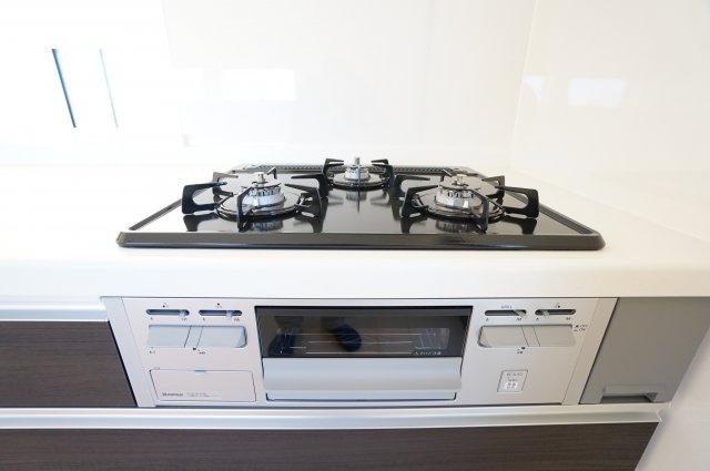 グリル付きガス台は3つ口コンロでたくさんお料理する時も安心ですね。