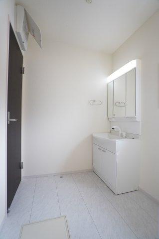 ハンドシャワー付きの洗面台で朝の準備も快適にできますよ。広い洗面所は家族並んで歯磨きできますね。