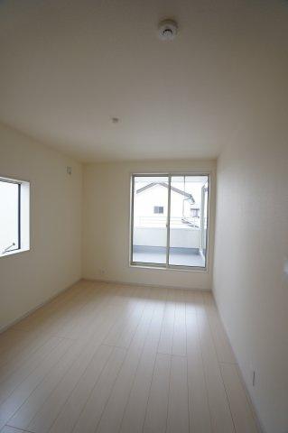 6帖の洋室です。白で統一されたお部屋は置く家具でお部屋の雰囲気を作れますね。どんな家具を置くか考えるのも楽しいですね。