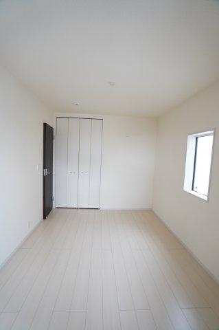 洋室のクローゼットは埋め込み式なのでお部屋がすっきりとしていますね。
