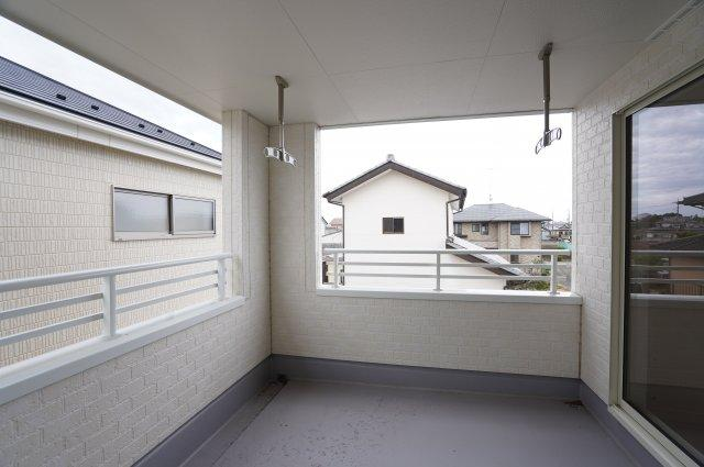 4.5帖の広いインナーバルコニーです。屋根がついているので急な雨からも洗濯物を守ってくれす。テーブルやイスを置いてティータイムを楽しんだりできますよ。