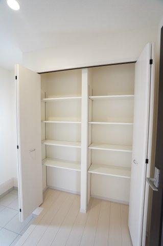 玄関土間収納です。棚がたくさん設置されてたっぷり収納できますよ。
