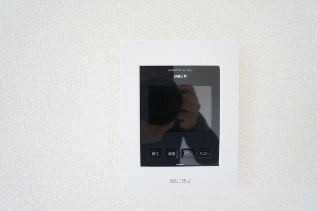 TVモニター付きインターホンがあり急な来客時も顔が確認できて安心ですね。