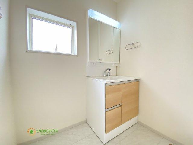 鏡の後ろは収納棚!化粧品、タオル、バスグッズ…散らかりがちな洗面所もすっきり見せてくれます。