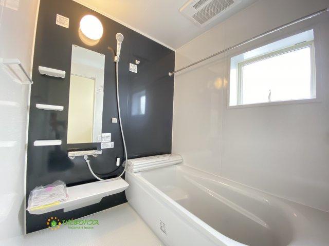 大人も足をのばしてくつろげる大きなユニットバス。音楽を聴いたり、お気に入りの入浴剤を入れてリラックスしましょう!