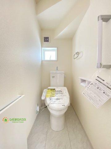 トイレには壁面収納!トイレットペーパーの整頓はお任せです。