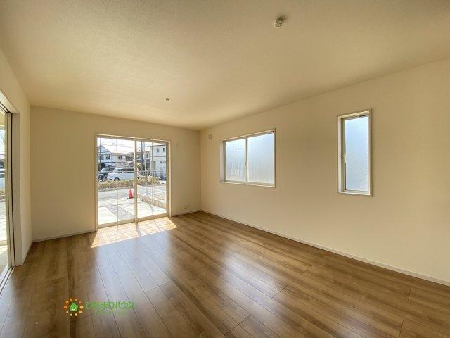 大きな窓で開放的なリビングは家族が自然と集まる明るい空間です。