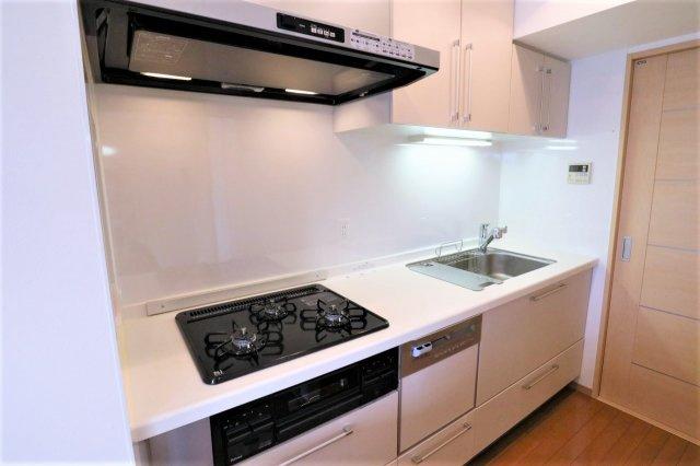 キッチンでお料理をお楽しみください 人造大理石天板なのでお手入れ簡単