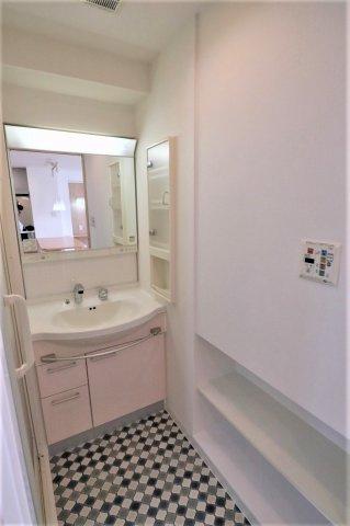 シャワー水栓タイプの洗面化粧台となっています