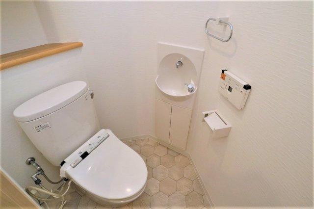 ウォシュレットも標準で設置されており、また、埋め込みタイプの手洗いもついています