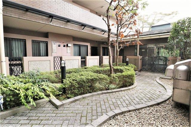 マンション内の中には植栽もあり、戸建にはない雰囲気です