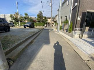 前面道路は4mの私道です。小さいお子様の学校通学が心配ですが、小学校までは徒歩3分と安心です。