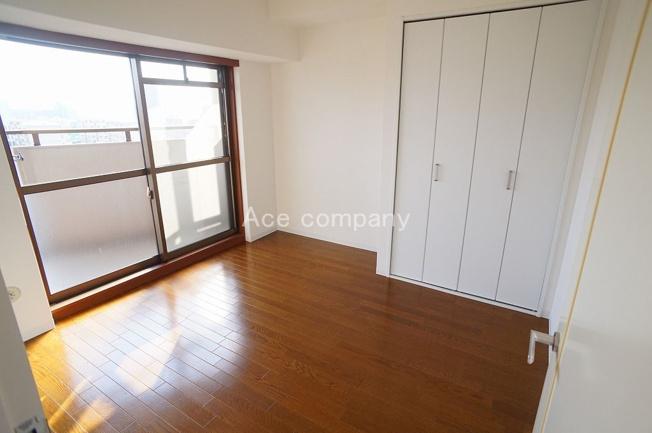 【洋室5.4帖】東側のバルコニーに面した明るいお部屋です☆