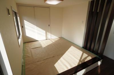 【和室4.5帖】日に焼けないよう養生がしてありますが、リビングから続く小上がりになった4.5帖の和室です。段差の部分には収納が3つあり、お子さんのおもちゃなどを入れておくスペースにも。