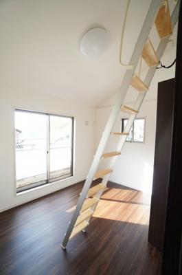 【2Fロフト付き南西側洋室6帖】 ロフトはベットの変わりとして使用してもよし、 荷物置場としてもよし。 あると収納力は各段と上がり、 お部屋の自由度が高まります!