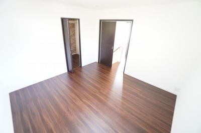 【2F洋室8帖】 北側の部屋ですが、2面採光になっており、とても明るく 主寝室向きです。 また、約2帖程度のウォークインクローゼットも完備。 荷物も部屋に溢れる事なく広く使えそうですね。