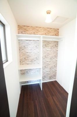 【2F洋室8帖WIC】 収納の多さも魅力です! 使い勝手の良い収納棚を設置しております。 居住スペースを充分に確保することができる為、 ゆとりある室内で、ゆっくりとご寛ぎいただけます。