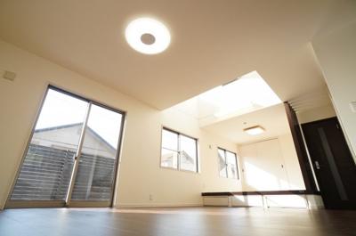 【吹抜けが一層明るく!】 18.5帖のLDKに繋がるように、 小上がりのある和室4.5帖。 吹抜けからは暖かい陽ざしと! 前面の建物とは余裕のある距離が更に明るく広い室内を演出!