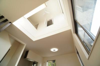 【2Fの居室とも繋がる】 リビングの吹抜けには、2Fのロフト付き居室との 繋がるよう、窓を配置。 何処にいても、家族の声が聞こえるよう工夫されてます。