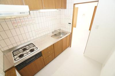 【広さがポイント!】 キッチン裏も、カップボードと冷蔵庫を置いても 十分なスペースです!