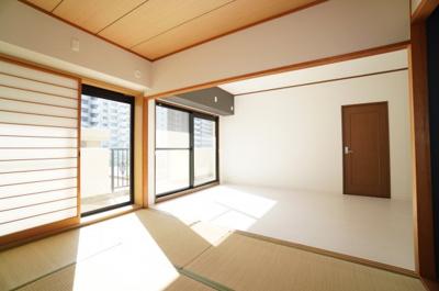 【どんな和室?がポイント!】 和室からリビングを見通したところです。 4枚引戸となっておりますので、 開け放つとリビングを含め、 約17.3帖の大空間が誕生します!