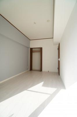 【南側洋室6帖】 建材の色合いからモダンテイストも似合いそうな洋室。 主寝室としてもご利用頂ける広さがあり、 大型の家具を置くなど使い勝手も良いです。