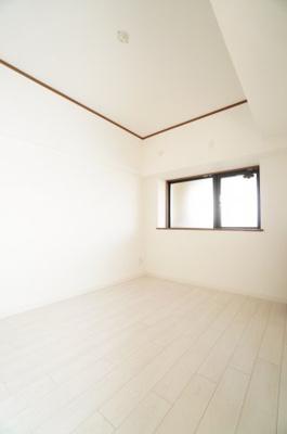 【北西側洋室6帖】 居室にはクローゼットを完備し、 自由度の高い家具の配置が叶うシンプルな空間です。 お子様の成長と必要になる子供部屋にするには ぴったりの間取りですね。