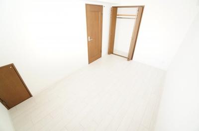 【北西側洋室6帖】 コートやスーツだけでなく、収納棚を中にしまえば ニットやパンツも中にしまえて お部屋をすっきりとお使いいただけます! お部屋のコーディネートと幅が広がります♪