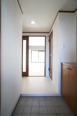 人を迎え入れる最初の場所だからこそ、 清潔感があり纏まった空間にして頂ける様に ゆとりあるシューズボックスを設置しました。 おでかけの時も帰った時も、 「我が家」を最初に感じでもらえる素敵な空間に。