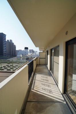 【陽当たりがポイント!】 前面に建物が無いバルコニーは 洗濯ものも直ぐに乾きそう! 眺望もよく言うこと無いですね!