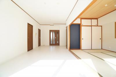 【どんなリフォーム・リノベ?】 デザインリフォームされた室内は良い雰囲気に なっております。 リフォームで付加価値をプラスし、 ただの『住まい』ではなく『癒しのある空間』 に仕上がっております♪