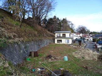 南道路から家を見る。やく150坪の庭です。斜面(約180坪)も賃貸物件に入ります。