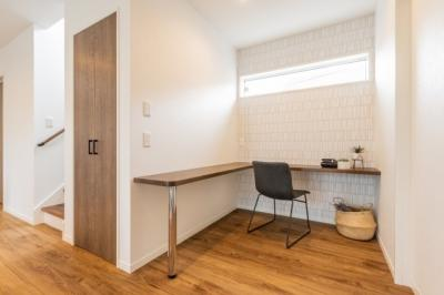 2階の階段ホールから部屋を通らずに、雨の日も安心なインナーバルコニーに出られます。