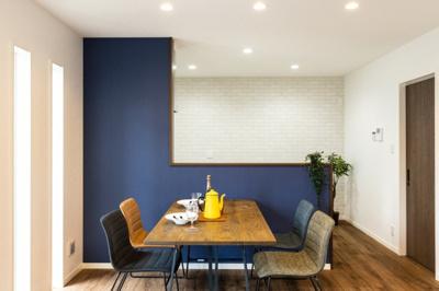 ホワイト木目キッチンのリビング側は、ダークブルーのアクセントクロス仕様です。