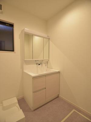 浴室で洗濯物を干し乾燥できる、ランドリーパイプ+浴室乾燥暖房機付きです。
