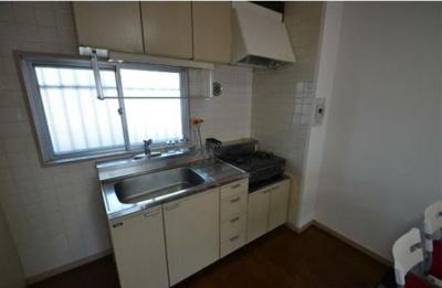 コンパクトなキッチンで掃除もラクラク(同物件別号室参考写真です)