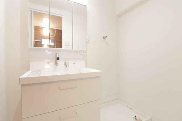 【現地写真】洗面台はお掃除やメンテナンスが楽です。スペースを確保した洗面所はゆとりある広さの設計となっております♪