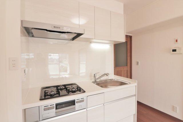 【現地写真】ホワイトを基調とした清潔感のあるキッチン。使い勝手の良い設備のキッチンで効率よくお料理ができます。家族の健康はこのキッチンから♪