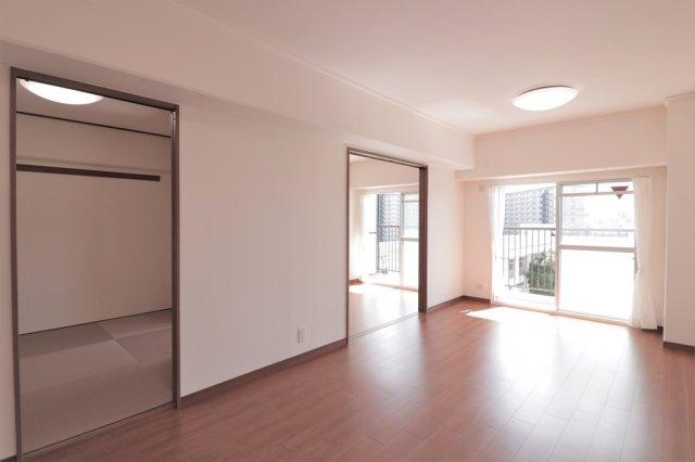 【現地写真】 こんなにも陽光が入る洋室は気持ちが良いですね♪落ち着いたカラーで仕上げたリラックス空間です♪
