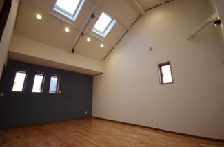 2階洋室、勾配天井から明るい日差しがたっぷりと入ります