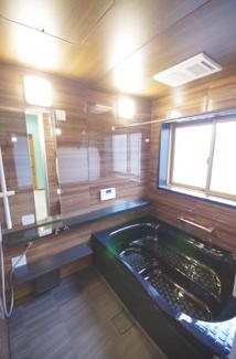 高級感のあるシステムバス、浴槽は大きめです
